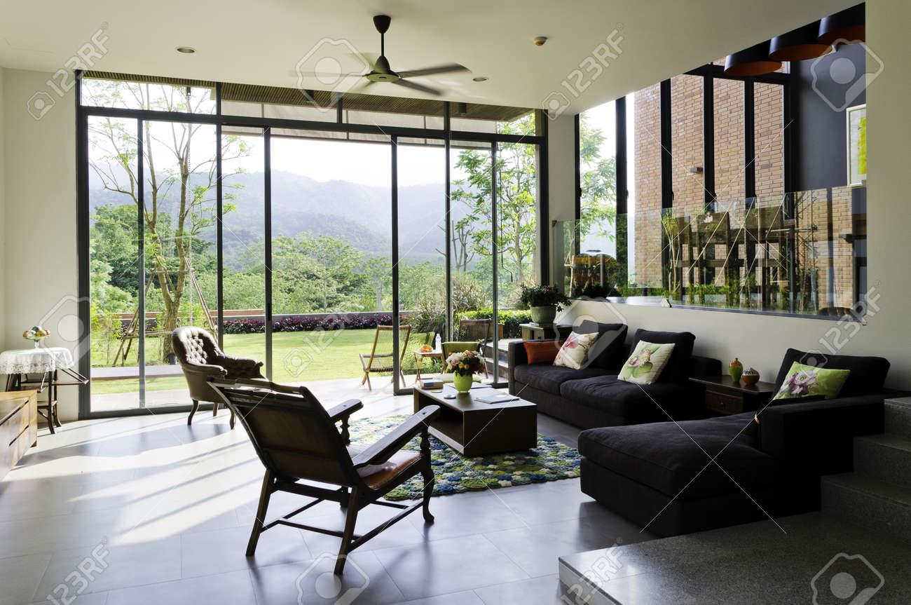 Stijlvolle woonkamer met vintage meubels en decoratie royalty ...