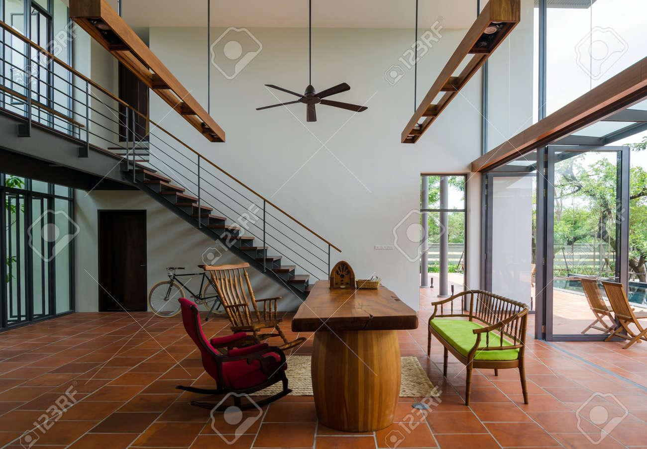Stijlvol huis interieur woonkamer met trap royalty vrije foto