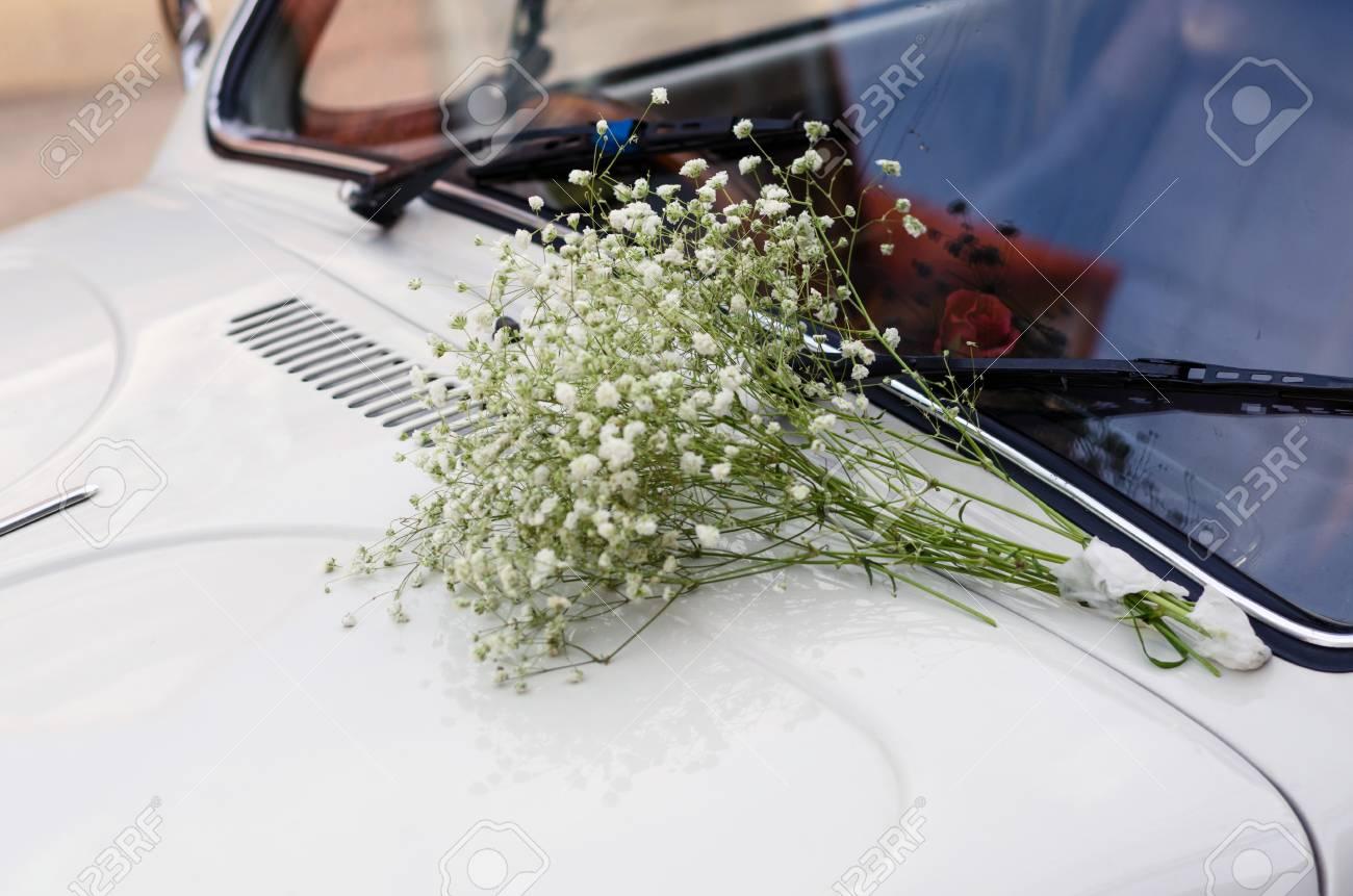 Vintage Hochzeits Auto Mit Weissen Blumen Geschmuckt Lizenzfreie