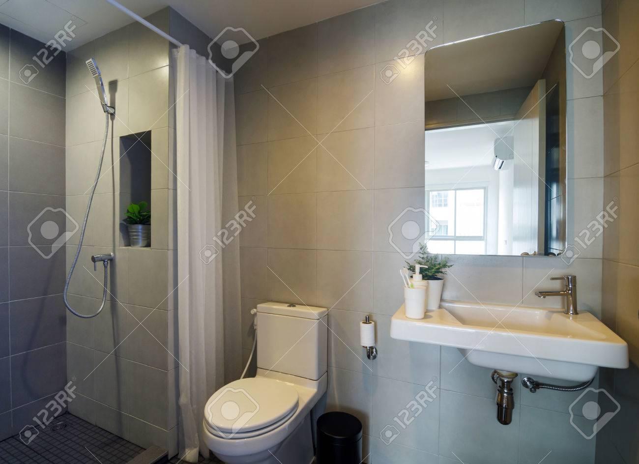 Cuarto De Baño Moderno Con Ducha. Diseño De Interiores Fotos ...