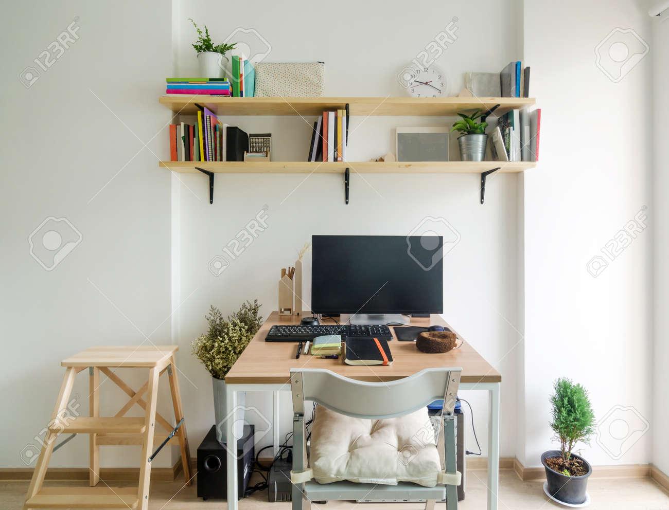 Espace de travail de bureau à la maison étagère en bois avec mur