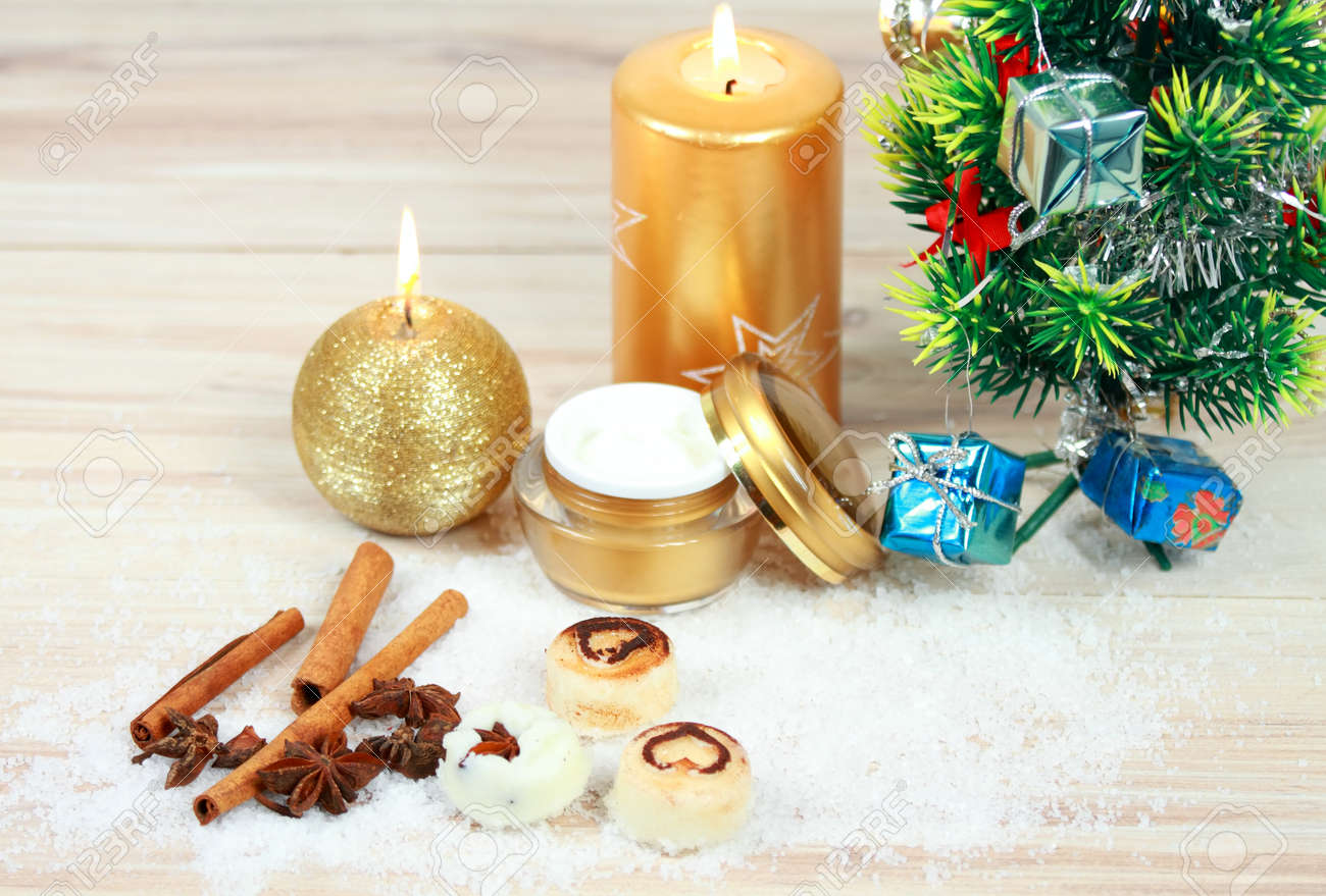 Weihnachtsbadekurortkonzept Mit Kerzen Und Weihnachtsbaum ...