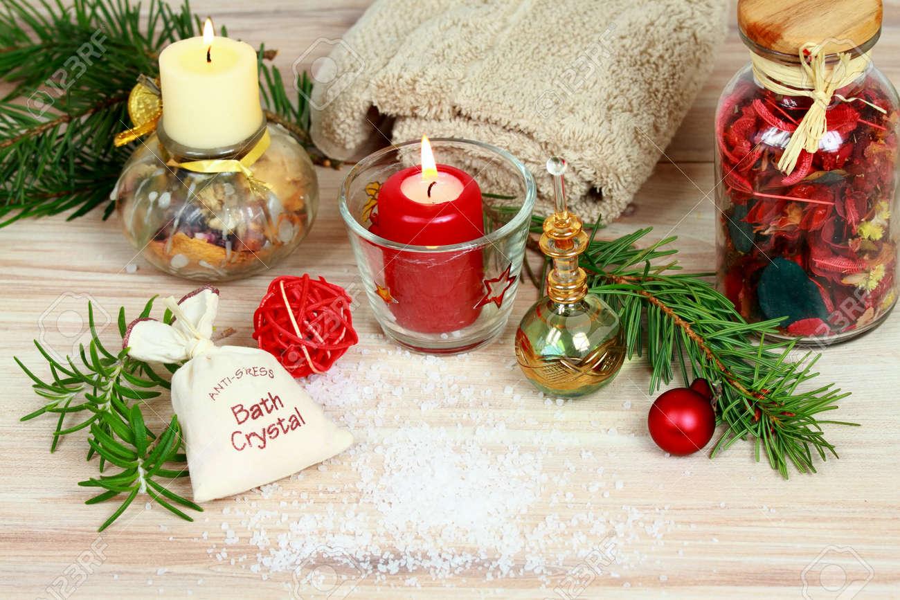 Decoration De Spa dedans concept de spa de noël avec des bougies et décoration de noël
