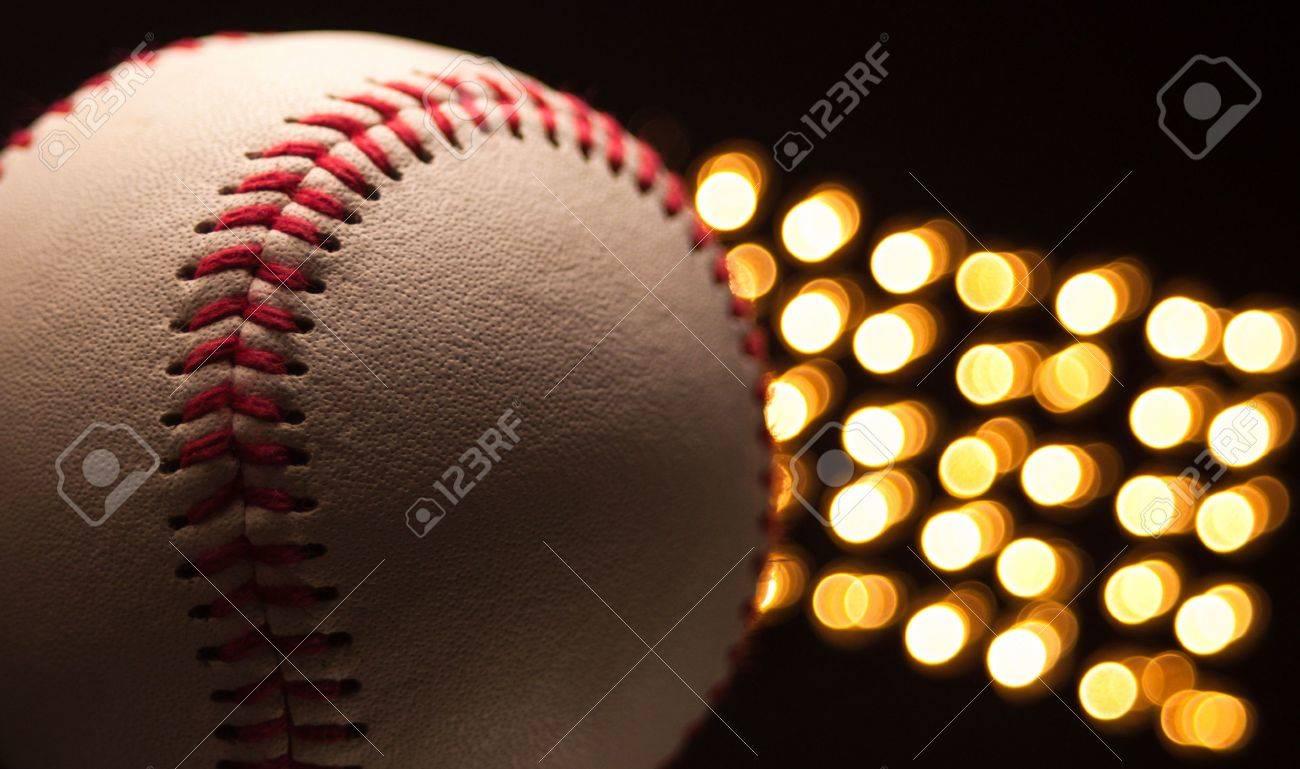 Une place d'une nouvelle base-ball au stade de la nuit avec les lumières à l'arrière du terrain. Banque d'images - 5100112