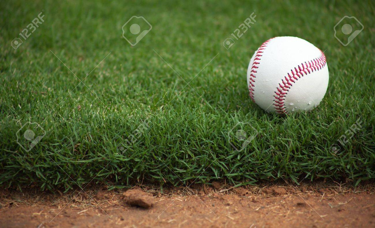 A close up of a baseball sitting just off the infield dirt. Banque d'images - 5790801