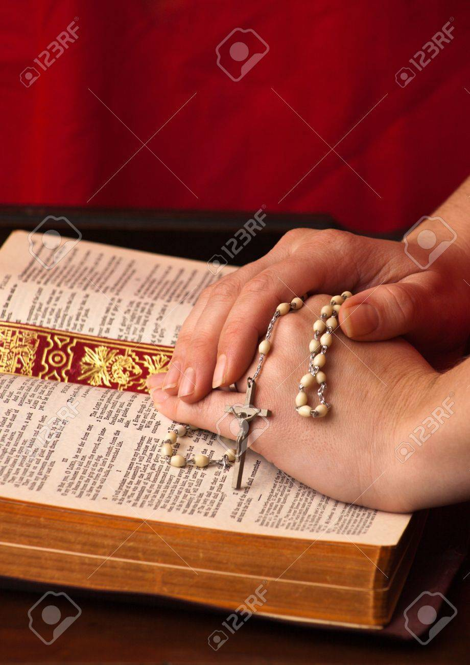 A close up of a young womans hands on the bible with rosary. Banque d'images - 6328218