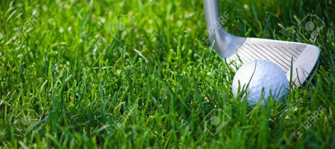 Une étroite un club de golf écaillage une balle de golf des bruts vert profond.  Banque d'images - 6788736