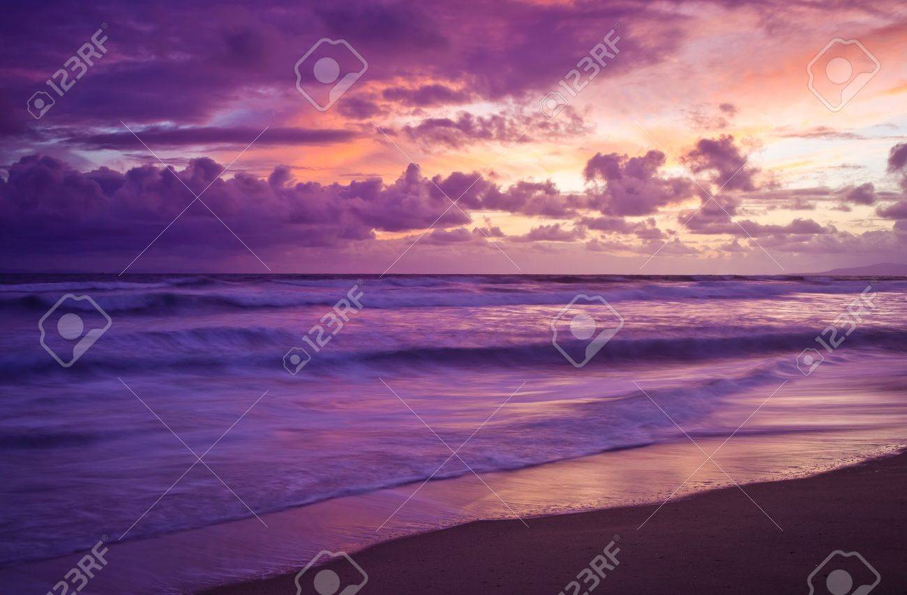 A shot looking out to a sunset on the Pacific Ocean. Banque d'images - 9279189