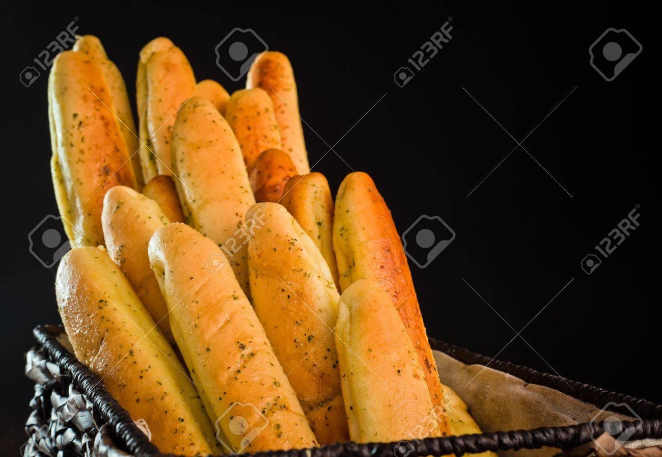 Un gros plan d'un tas de baguettes de pain fraîchement cuits au four. Banque d'images - 9501408