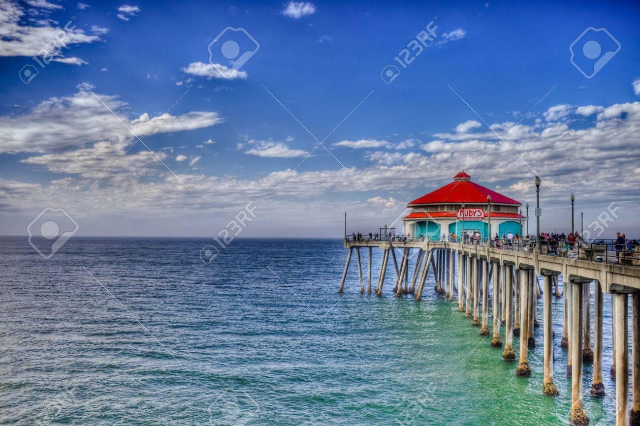 Un coup regardant vers le bas Huntington Beach Pier sur une journée ensoleillée du travail brillant. Banque d'images - 10628405