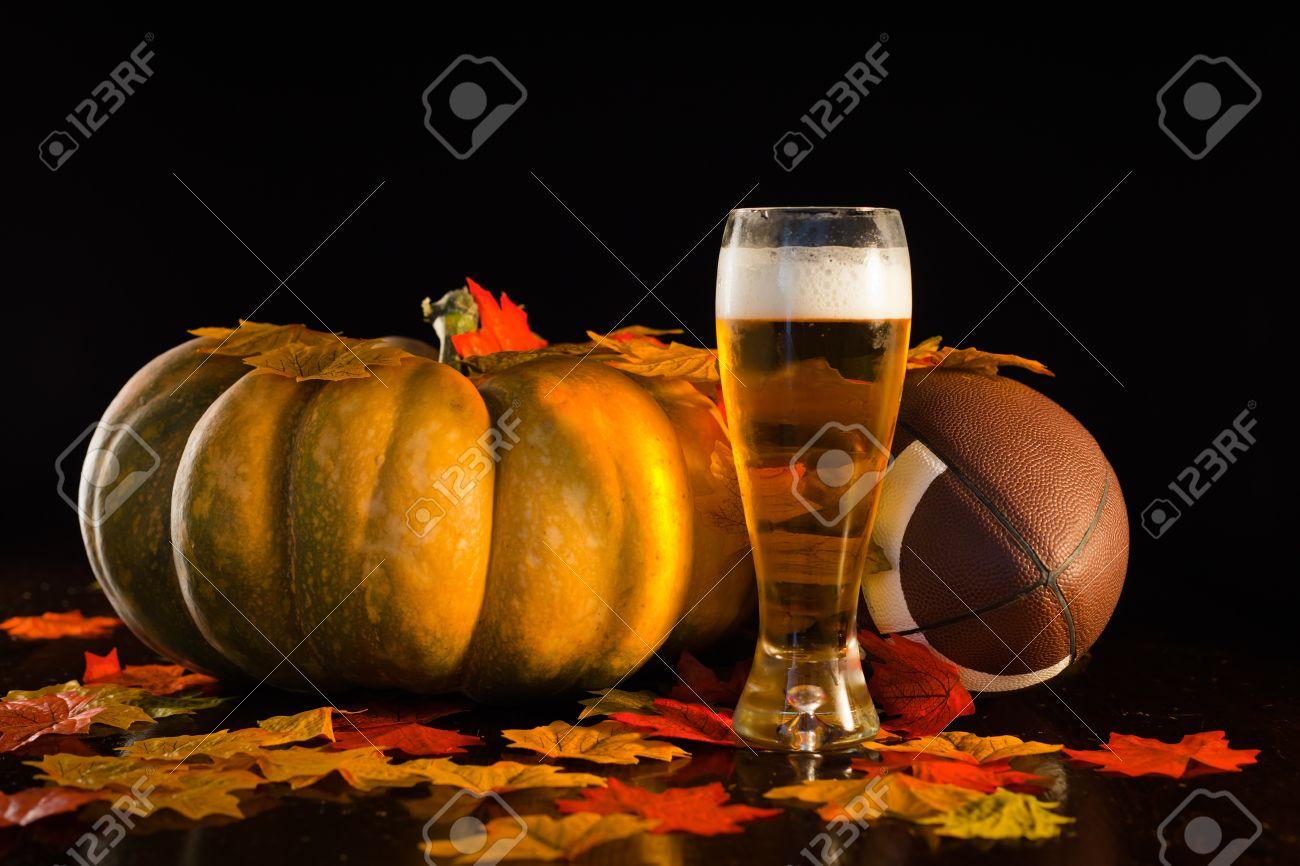 Un tir de studio d'une citrouille, le football, les feuilles et une bière froide hauteur. Banque d'images - 10828442