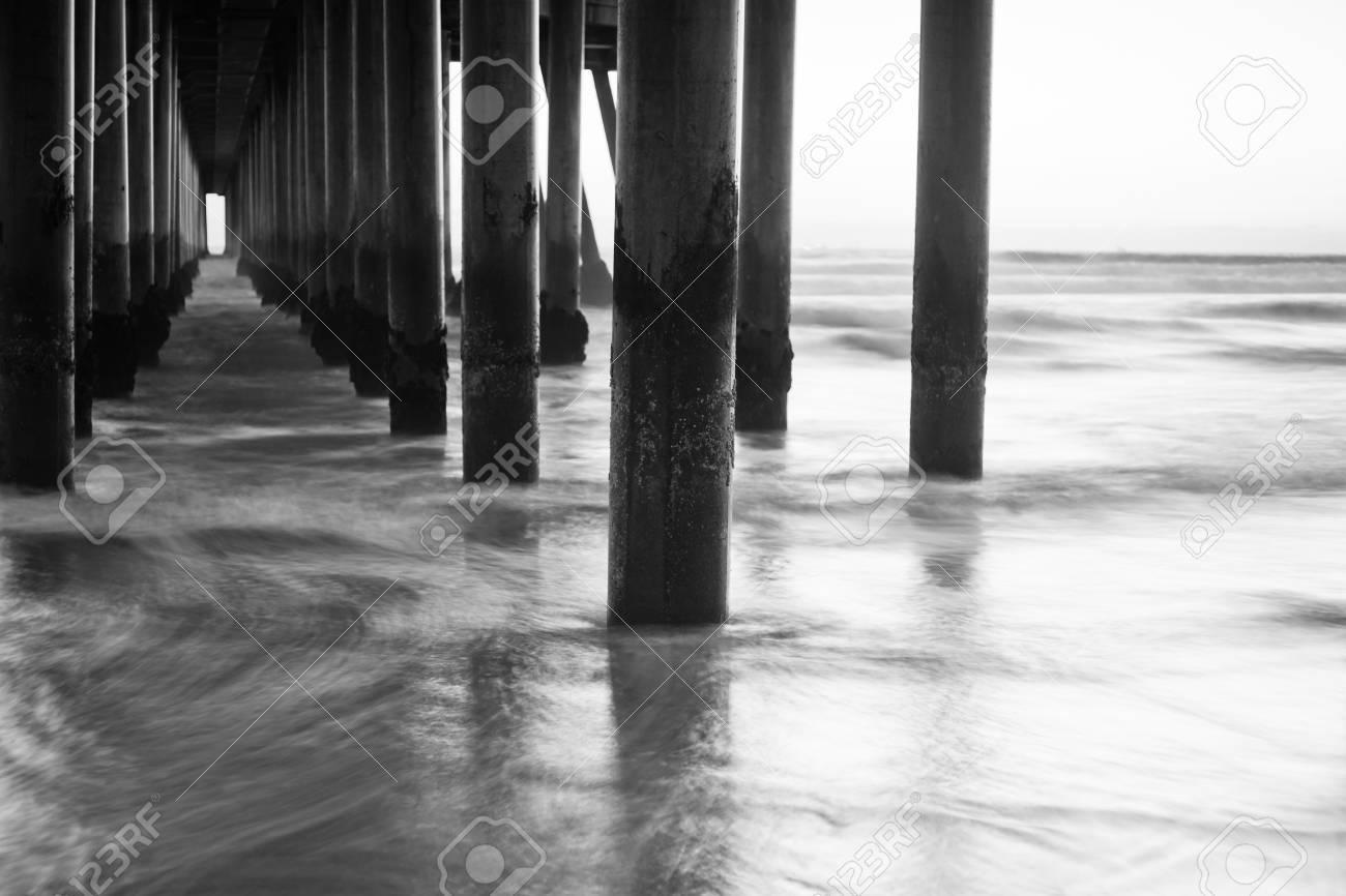 Un coup à la recherche dans le cadre d'une jetée à toutes les colonnes au coucher du soleil. Banque d'images - 12338549