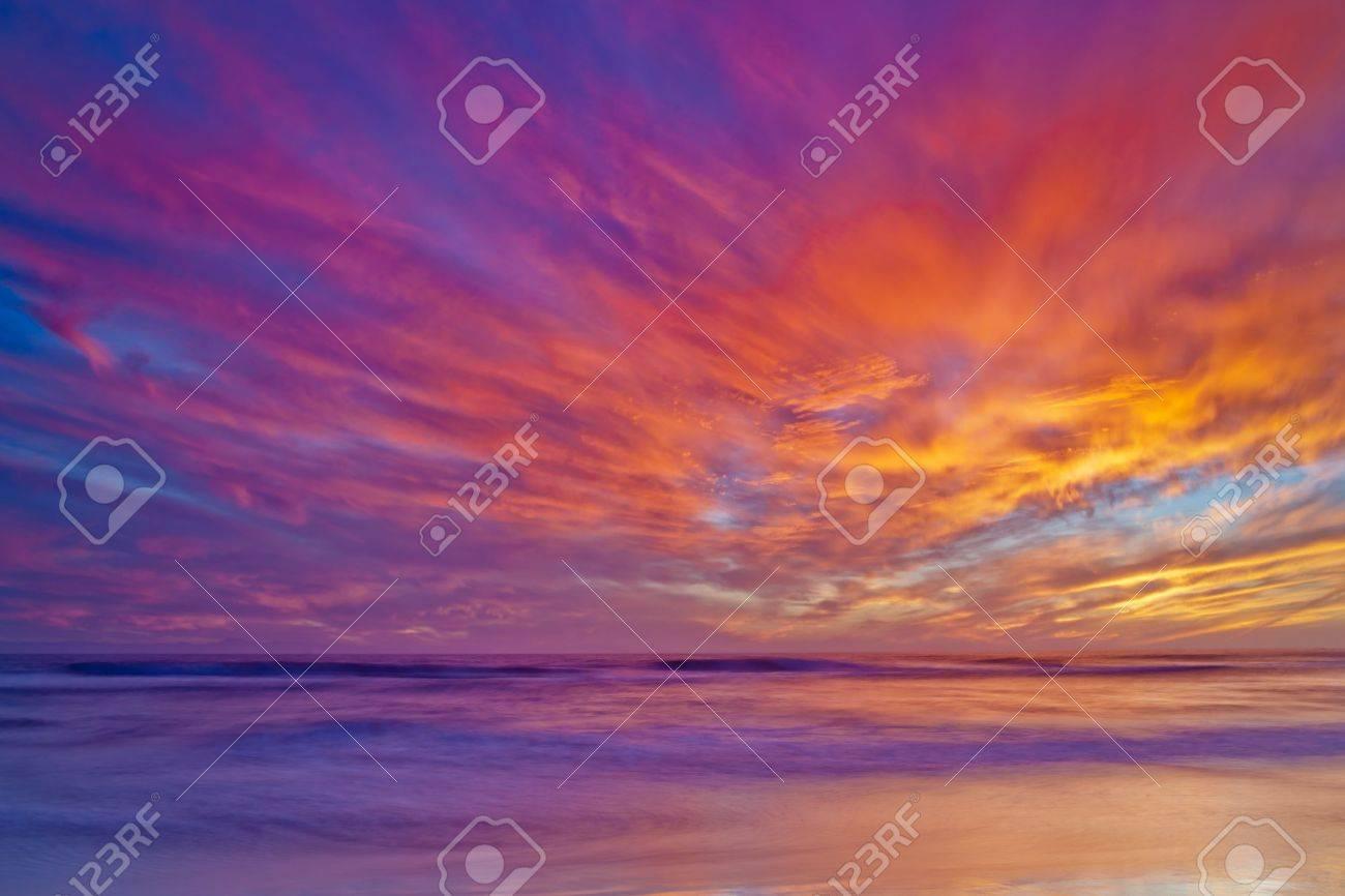 Un plan large donnant sur l'océan Pacifique au coucher du soleil à Huntington Beach. Banque d'images - 15711342