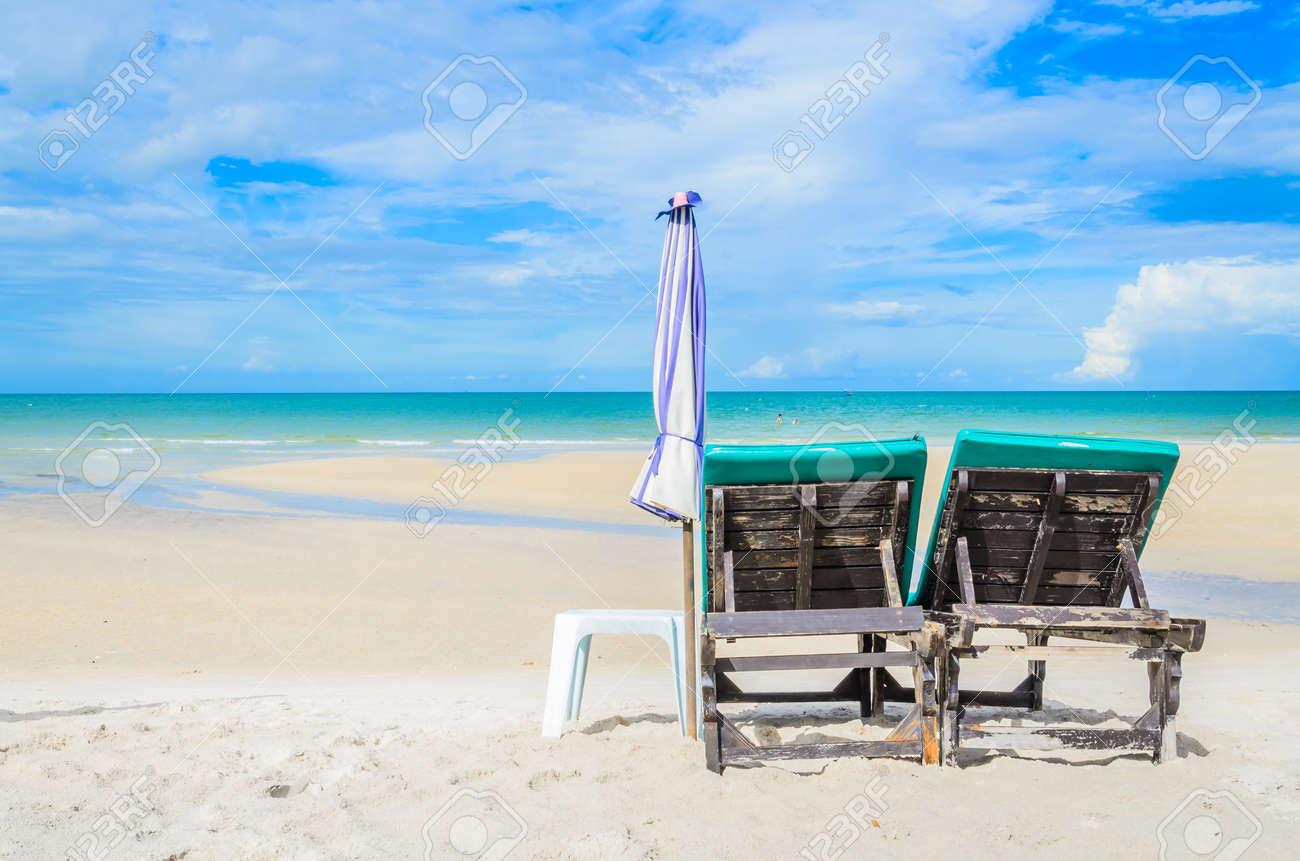 Bett Am Schonen Strand Auf Dem Bluesky In Thailand Lizenzfreie Fotos