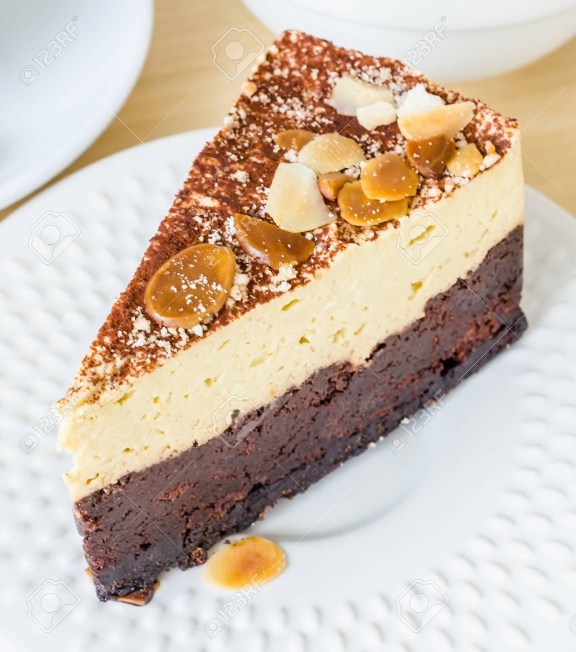 Immagini Stock Torta Brownie Al Cioccolato Con Mandorle In Cima