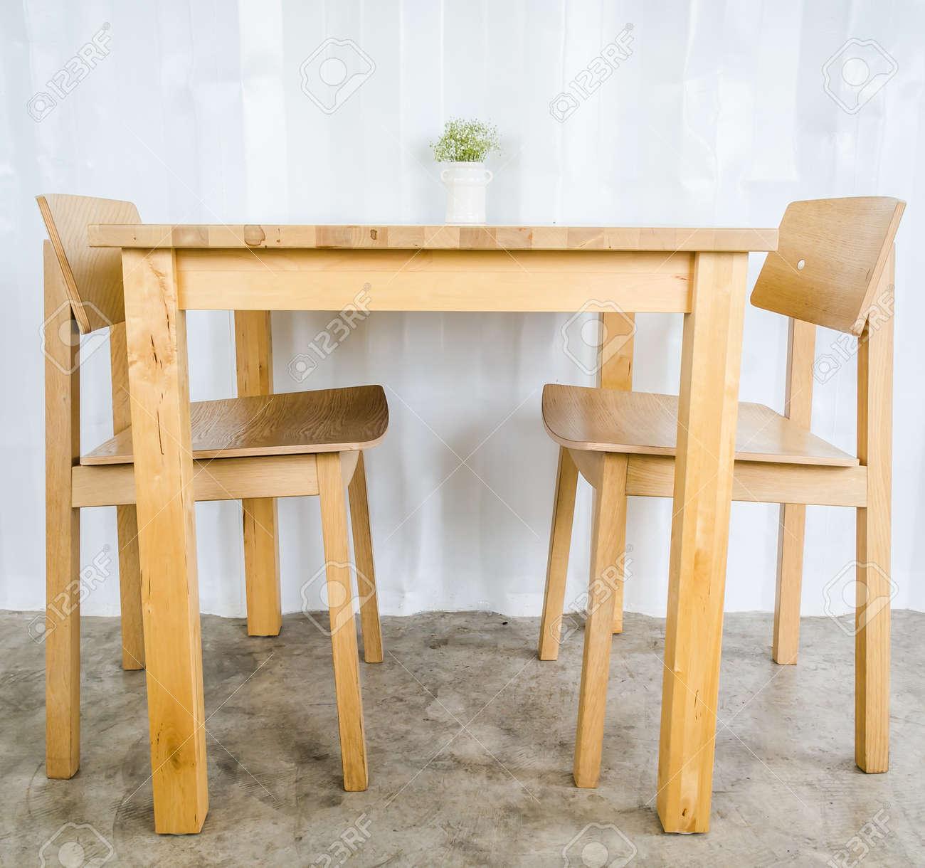 Wood table&chair Standard-Bild - 21111525