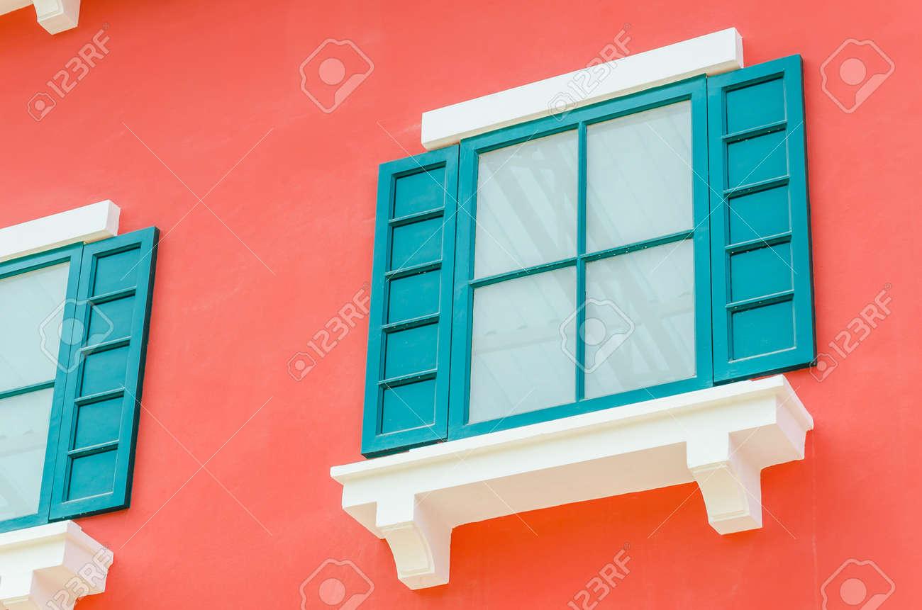 Schöne Fenster auf Farbe Wand