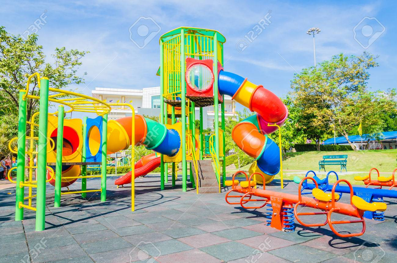 zona de juegos al aire libre en el parque foto de archivo