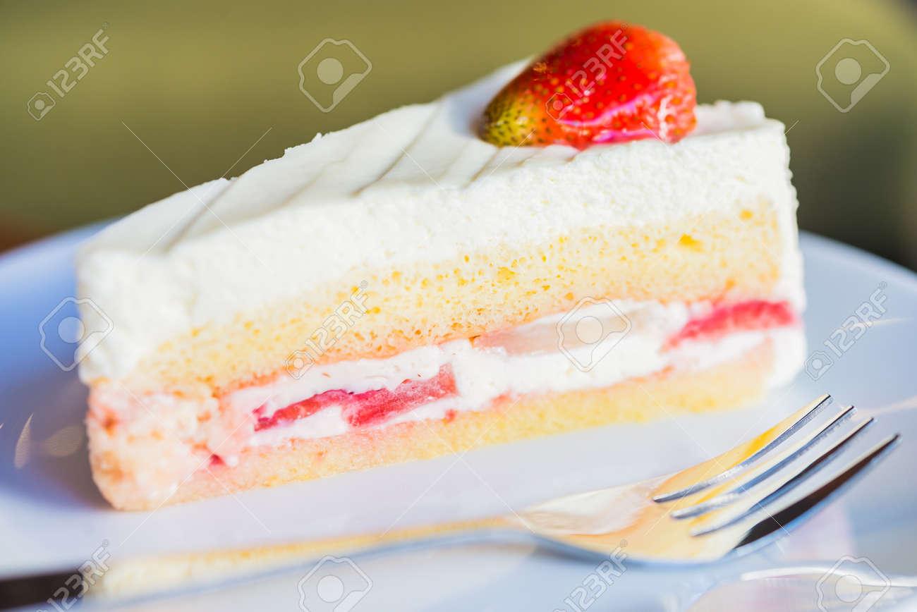 Erdbeer Sahne Kuchen Auf Weissen Teller Lizenzfreie Fotos Bilder Und