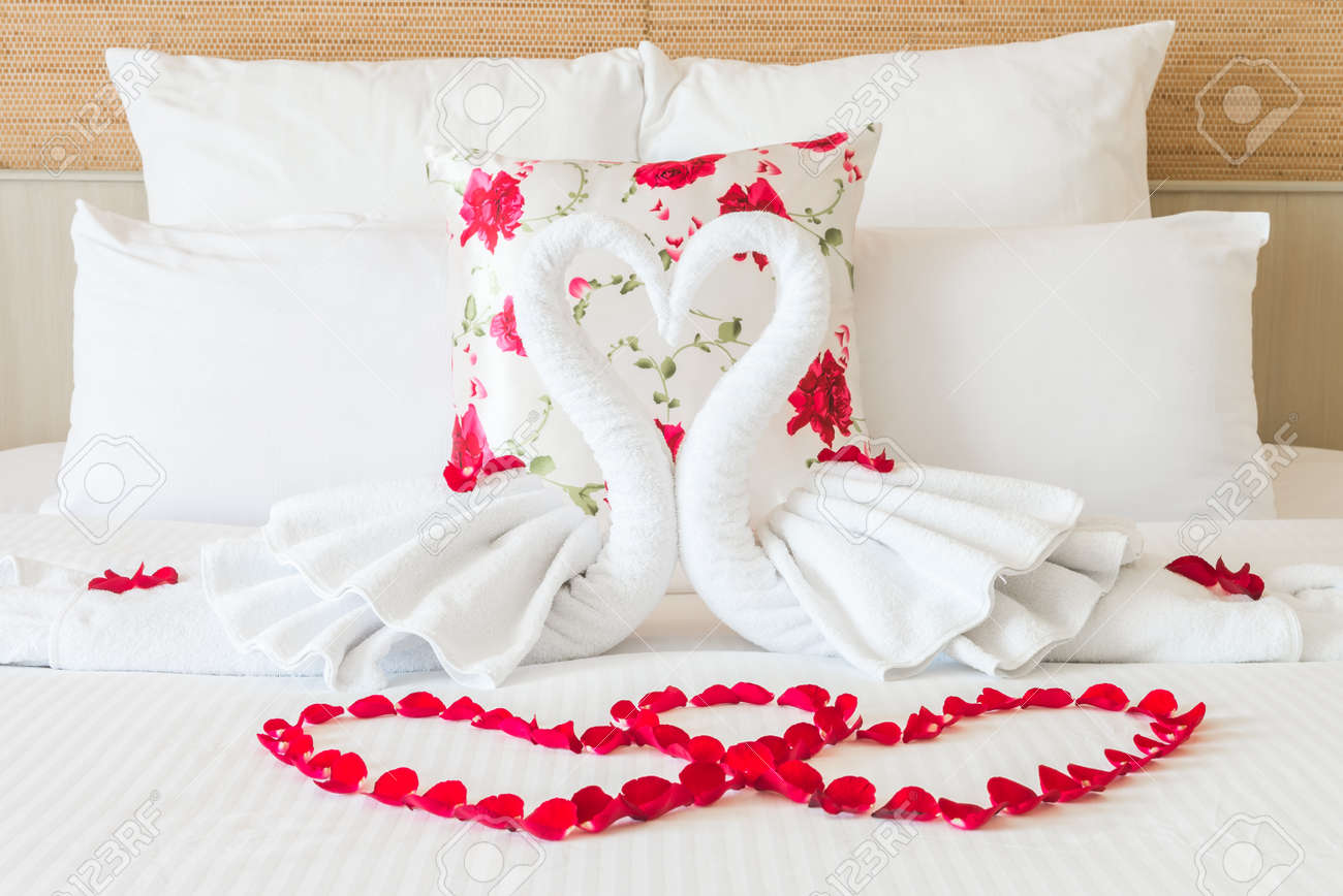 Towel swans and rose flower on bedroom for honeymoon couple - selective focus point Standard-Bild - 40464844