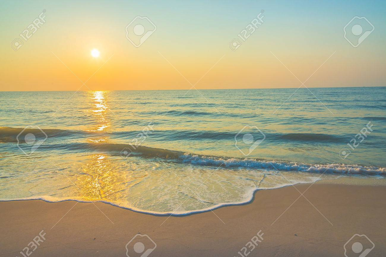 Sunrise on the beach - vintage filter Standard-Bild - 42279070