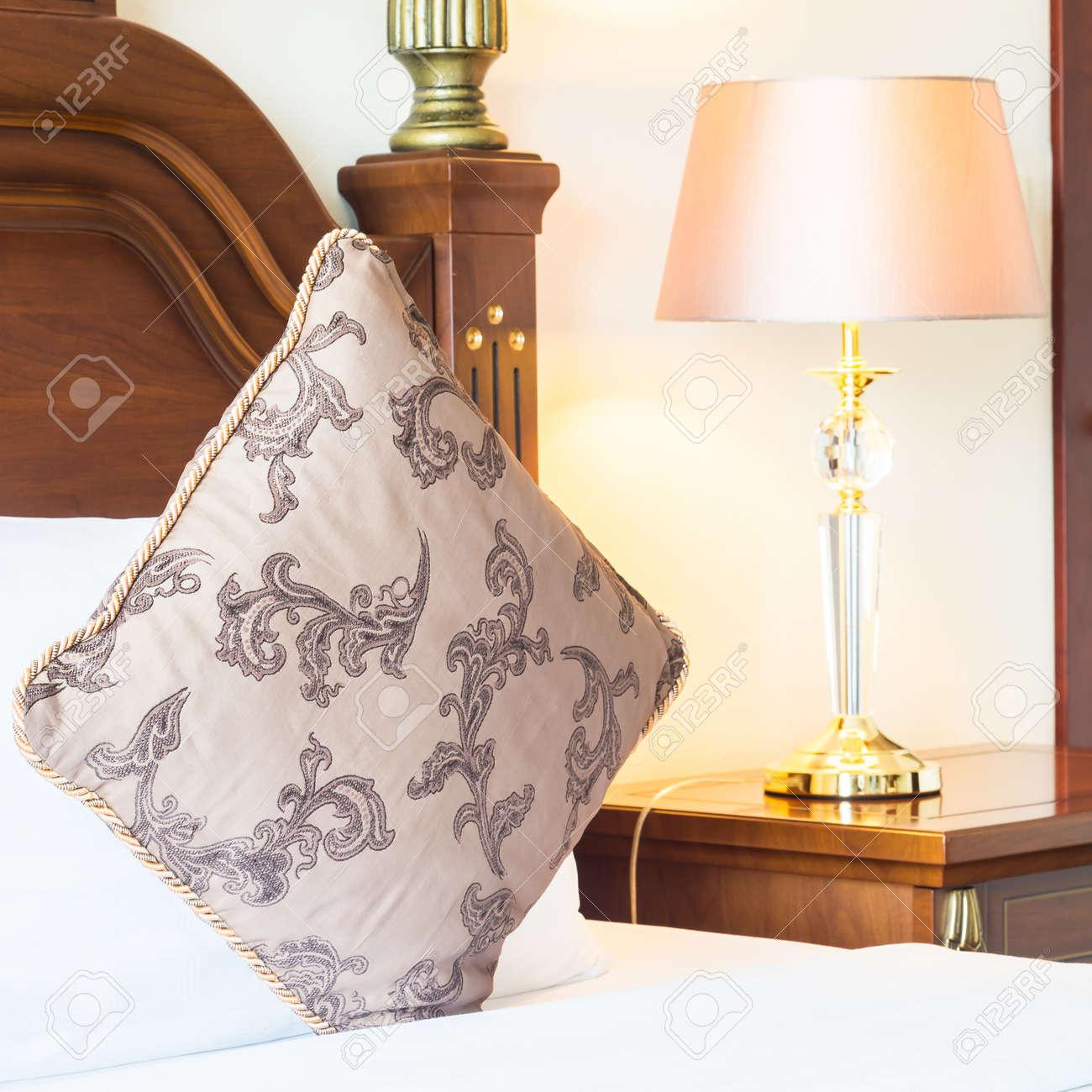 Fantastisch Kissen Auf Dem Bett Mit Licht Lampe Dekoration Im Schlafzimmer Innenraum  Standard Bild   46594037