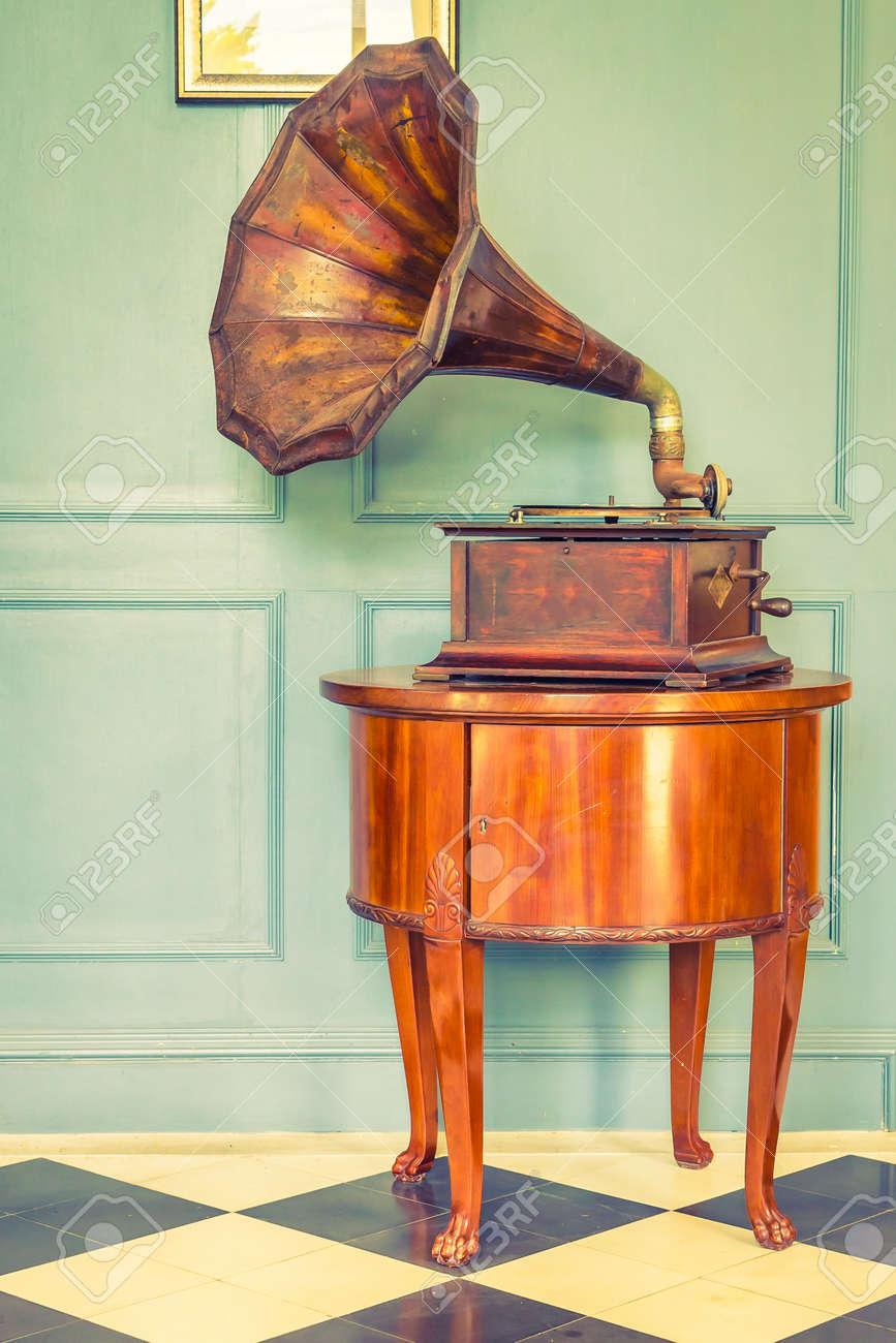 Vintage Gramaphone music box - vintage filter effect Standard-Bild - 46715799