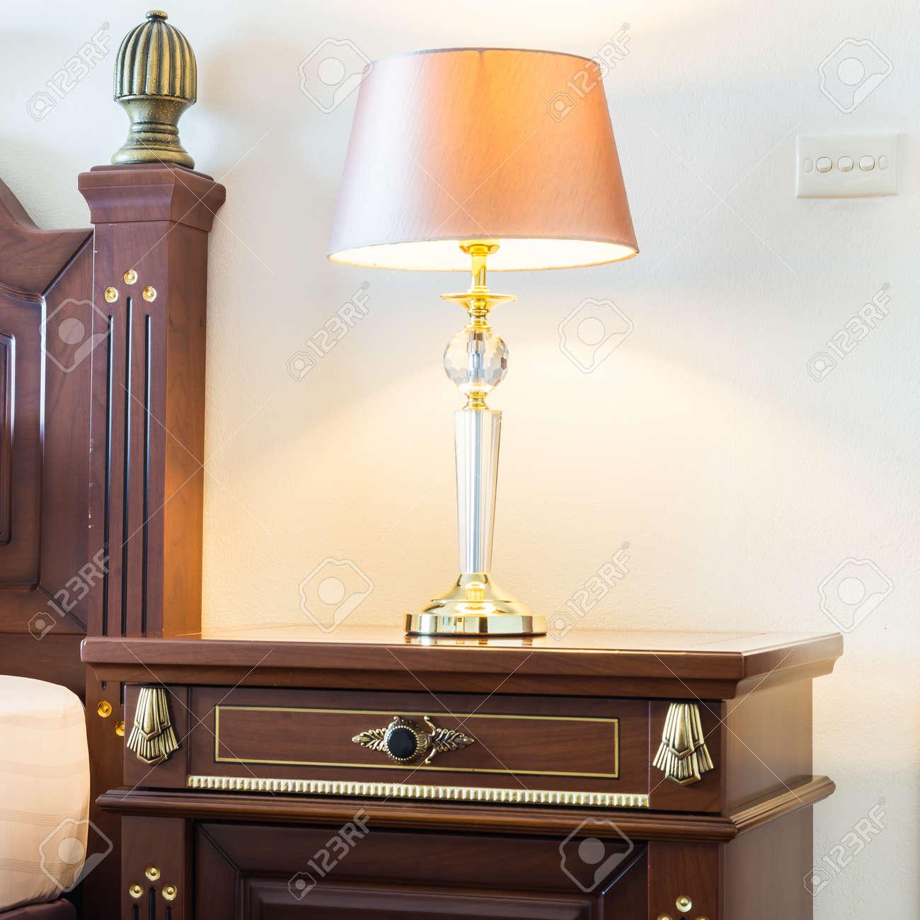 Kissen Auf Dem Bett Mit Licht Lampe Dekoration Im Schlafzimmer Innenraum  Standard Bild   47122049