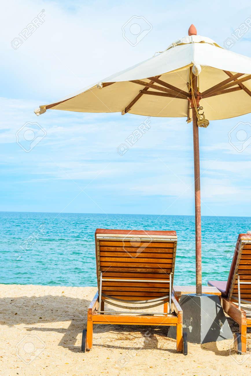 Liegestuhl mit sonnenschirm strand  Sonnenschirm Und Liegestuhl Mit Schönen Tropischen Strand - Ferien ...