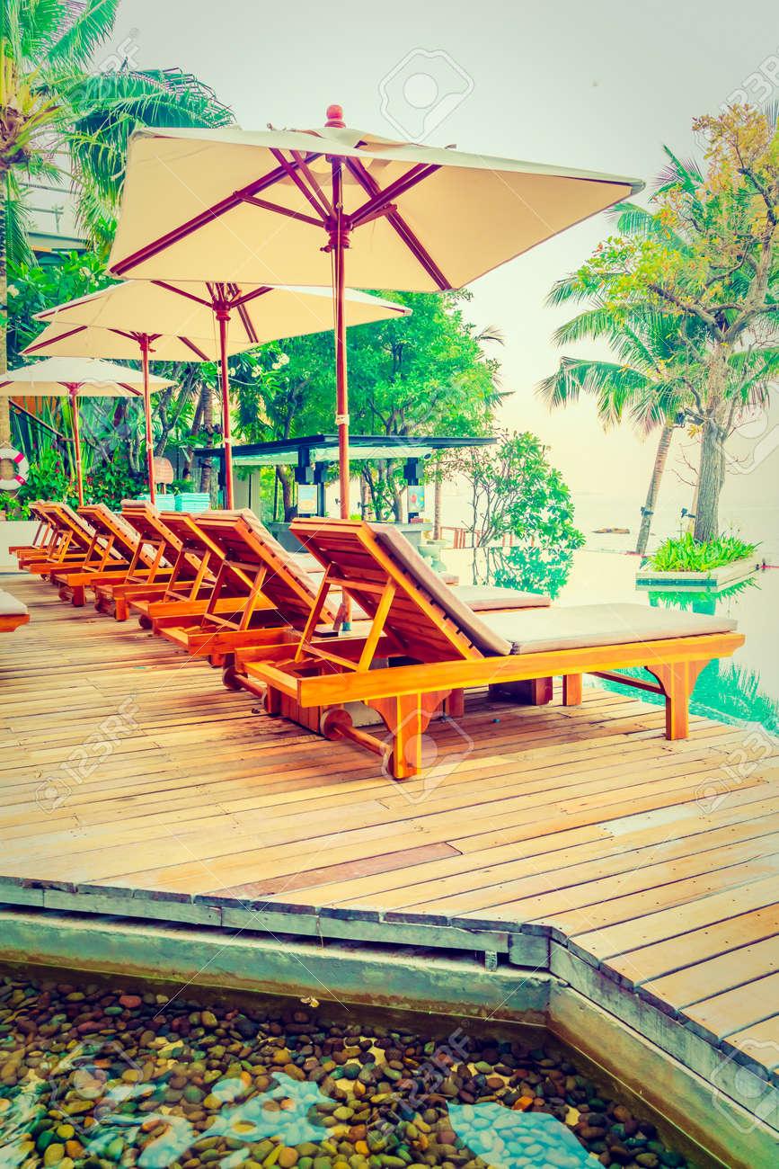 parasol et chaise piscine autour magnifique hôtel de luxe piscine