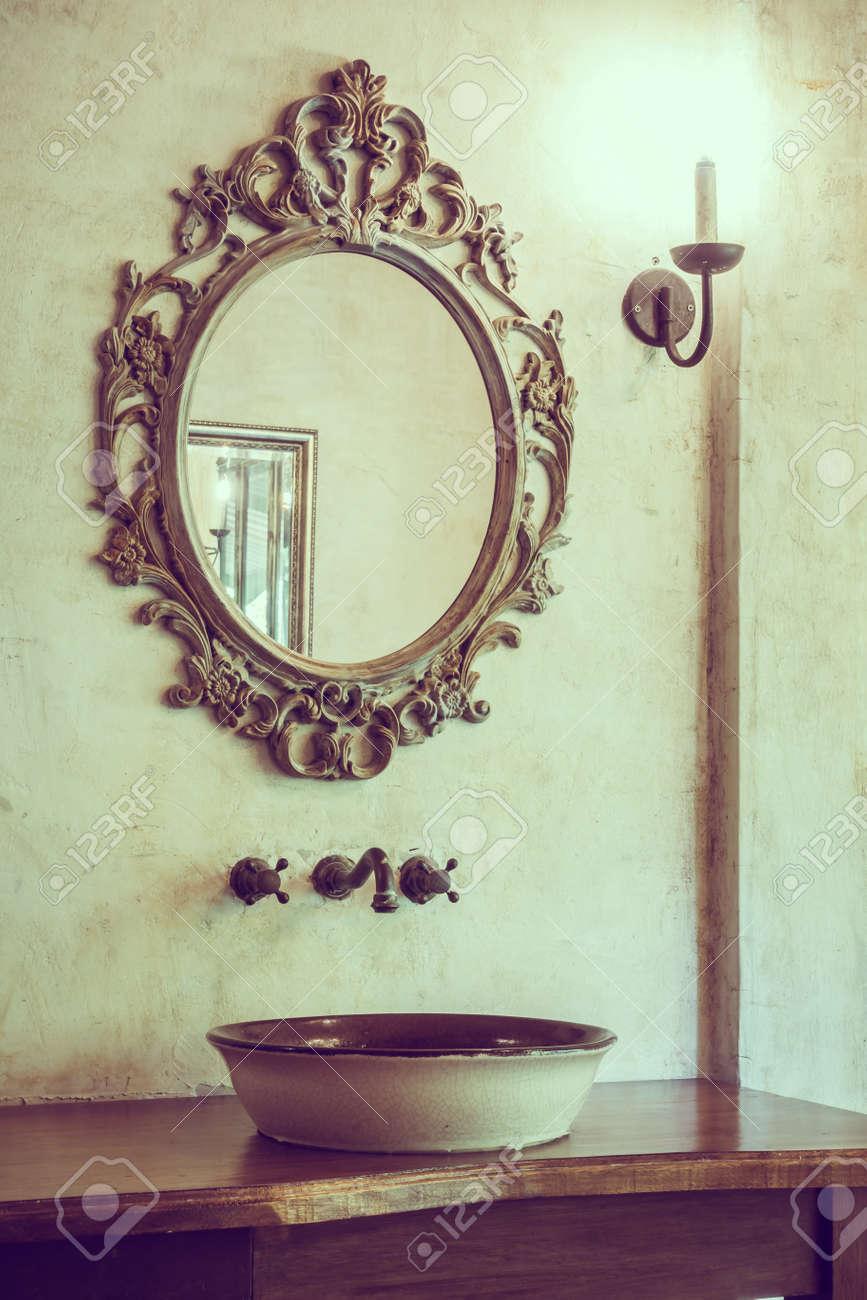 Vintage décoration de salle de bain avec robinet et miroir - Filtre Vintage