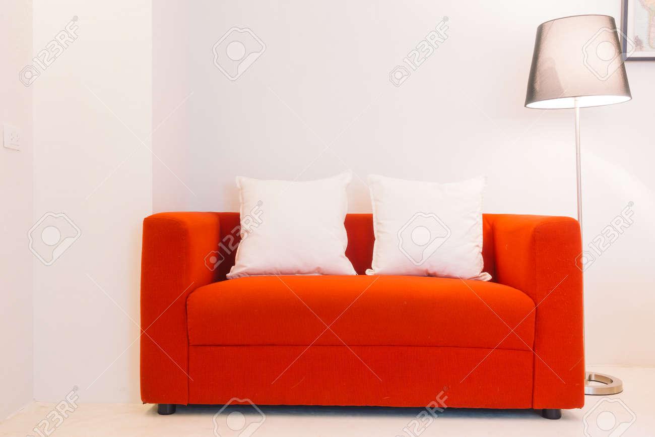 Divano Rosso Cuscini : Divano rosso con cuscino e decorazione della lampada della luce in