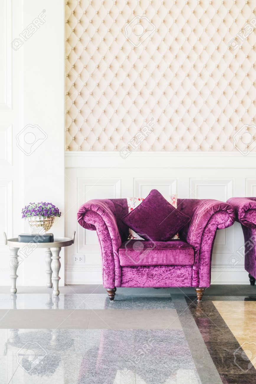 Schöne Luxus Sofa Dekoration Wohnzimmer Interieur   Vintage Film Filter  Standard Bild