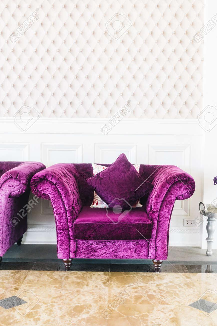 banque dimages beau canap violet de luxe avec dcoration doreiller dans lintrieur de la salle de sjour vintage film filter