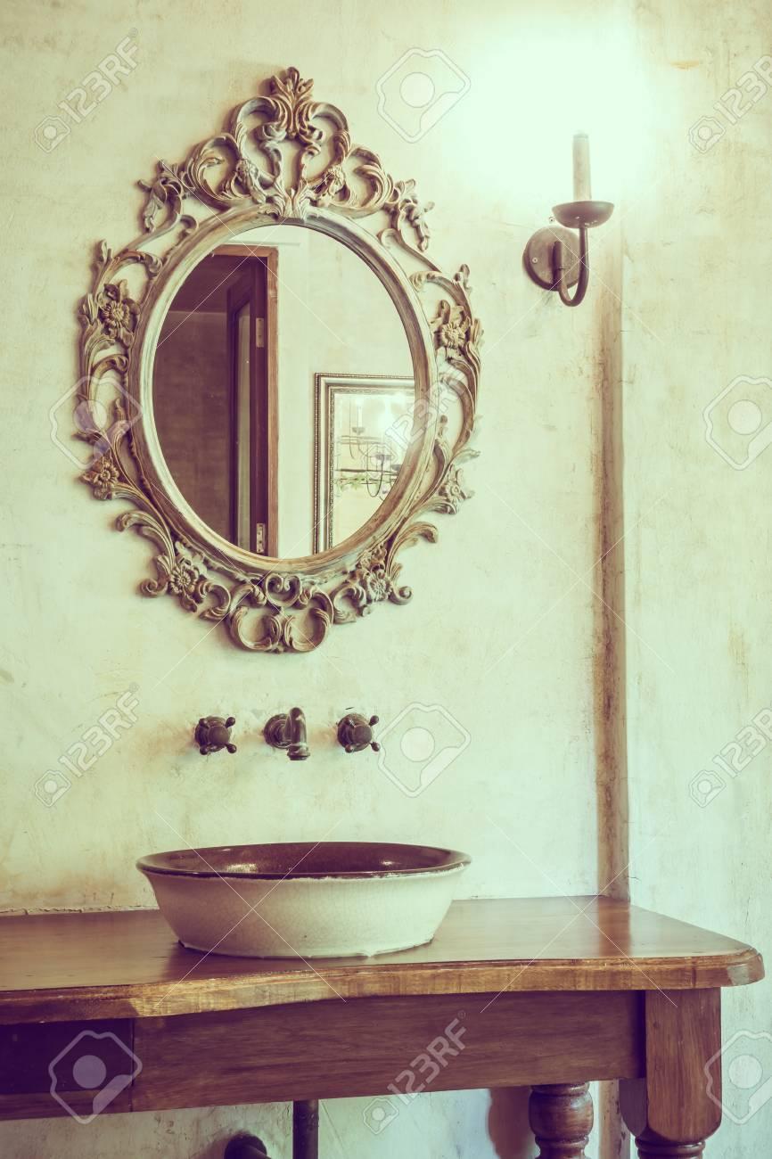 Vintage Décoration De Salle De Bain Avec Robinet Et Miroir - Filtre ...