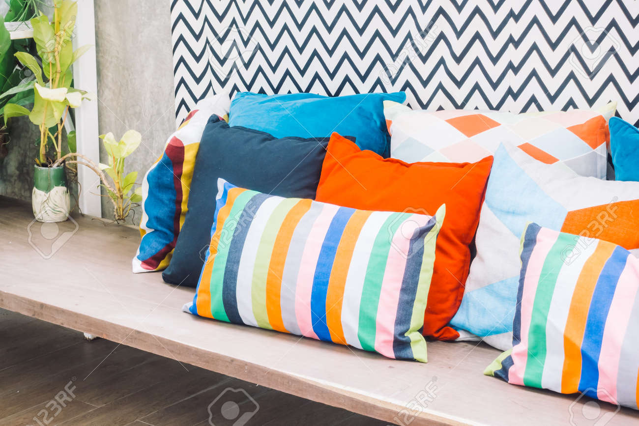 Décoration De Terrasse Extérieure terrasse extérieure de patio avec oreiller coloré sur la décoration de la  chaise extérieure de la maison - vintage filtre de lumière