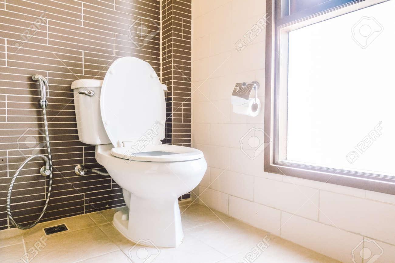 Décoration De Siège De Toilette Dans L\'intérieur De La Salle De Bain ...