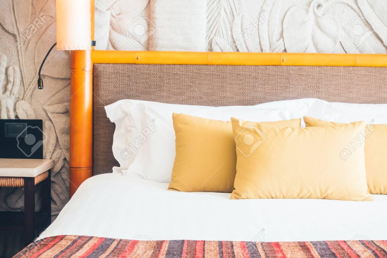 Bella cuscino sul letto di lusso in interni camera da letto - Vintage  Filtro Luce