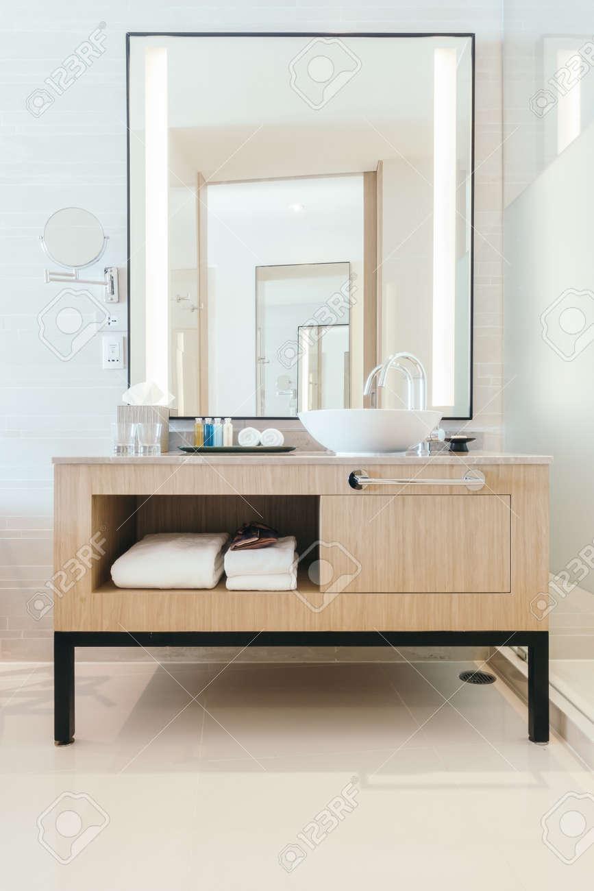 Belle décoration d\'évier de luxe dans l\'intérieur de la salle de bain pour  le fond - Vintage Light filter