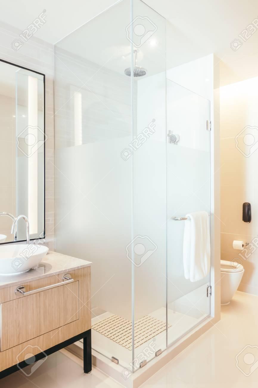 Belle cabine de douche de luxe dans la décoration intérieure de salle de  bains - Vintage Filtre Lumière