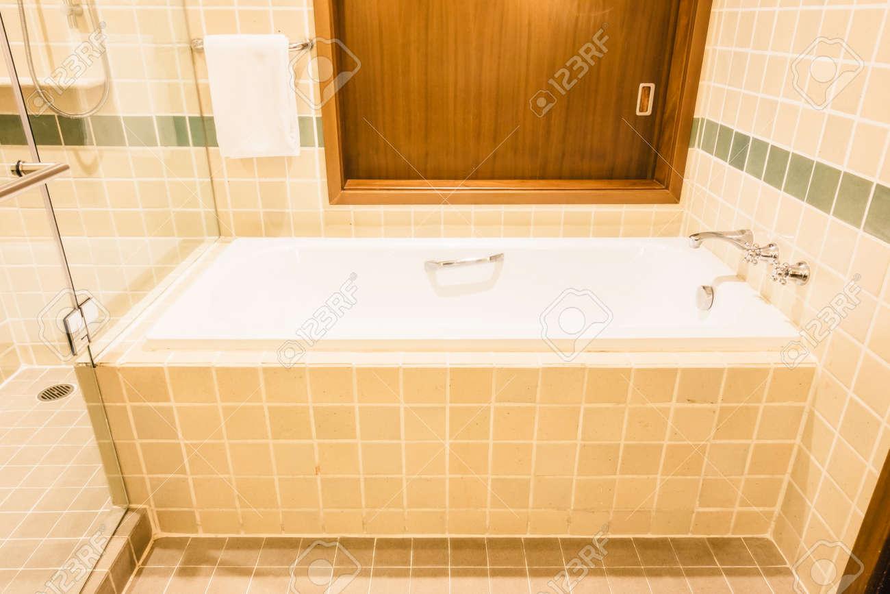 Baignoire et cabine de douche décoration intérieure de salle de bains -  Vintage Filtre Lumière
