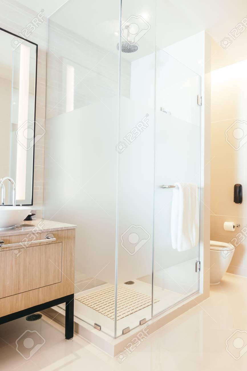 belle décoration de boîte de douche de luxe dans l'intérieur de la