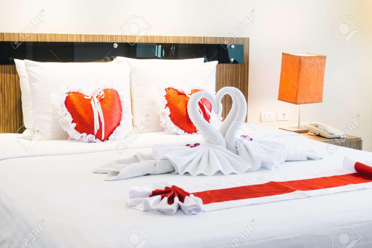 Décoration De Lit De Luxe Romantique Et Luxueux Avec Lampe Coeur Et ...