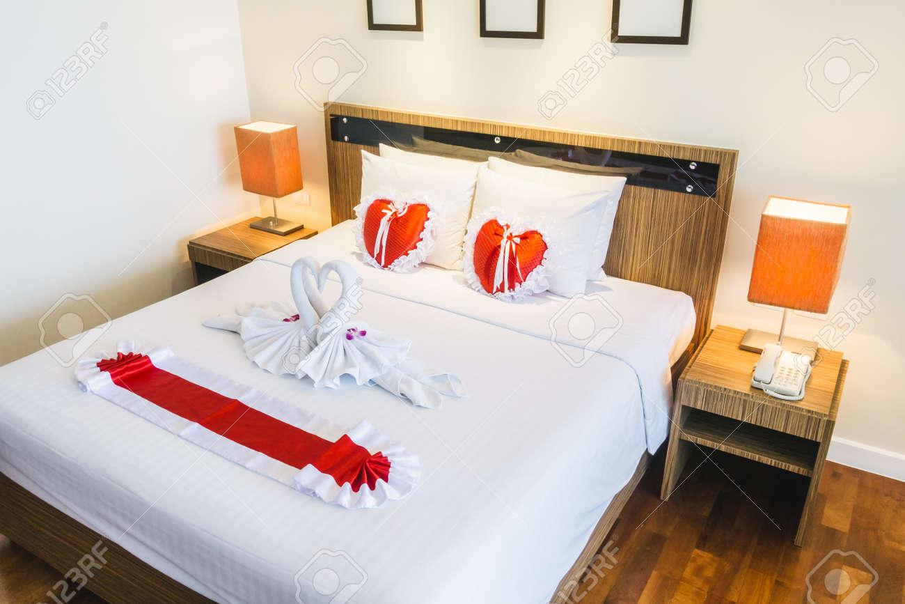 Romantische Schöne Luxus Bett Dekoration Mit Herzkissen Licht Lampe Und  Stieg Blume