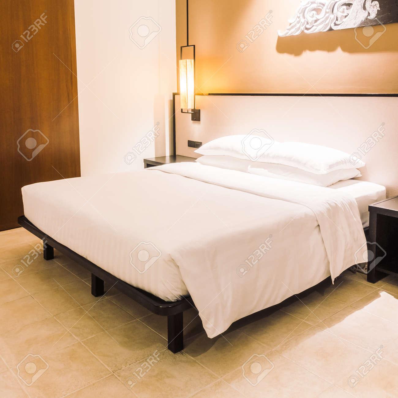 Schönes Luxus Weißes Kissen Auf Bett Und Lichtlampe Auf ...