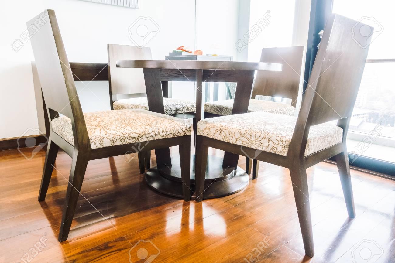 Déco Salle À Manger Vintage décoration de table et chaise vide dans l'intérieur de la salle à manger -  vintage light filter
