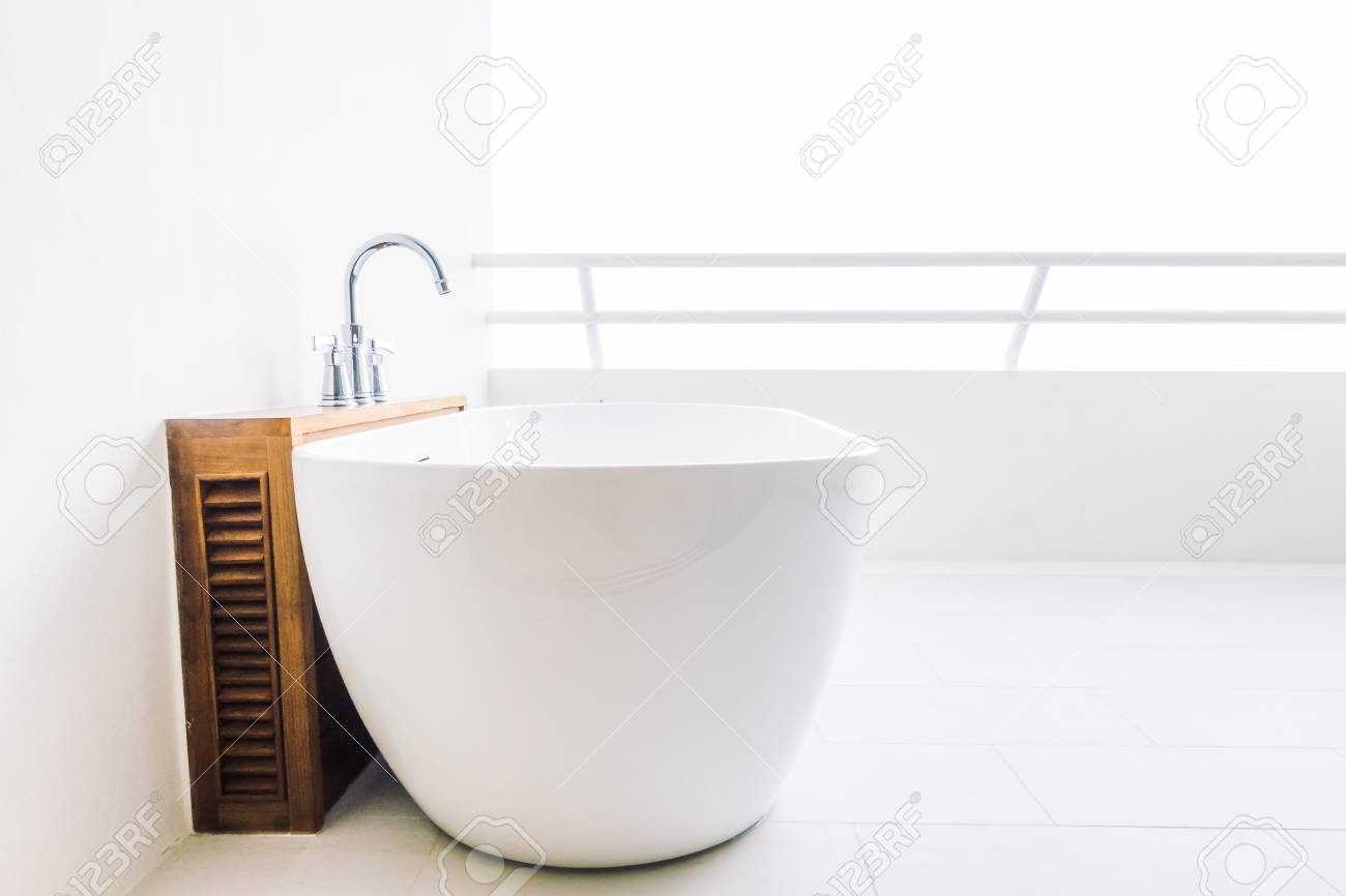 Vasca Da Bagno Vintage Prezzi : Bella decorazione di lusso bianco della vasca da bagno in interni