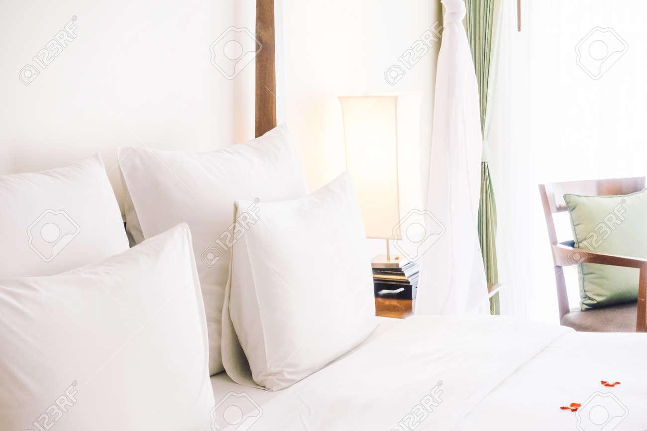 Swan Handtuch Dekoration Auf Dem Bett Mit Weißen Kissen Im ...