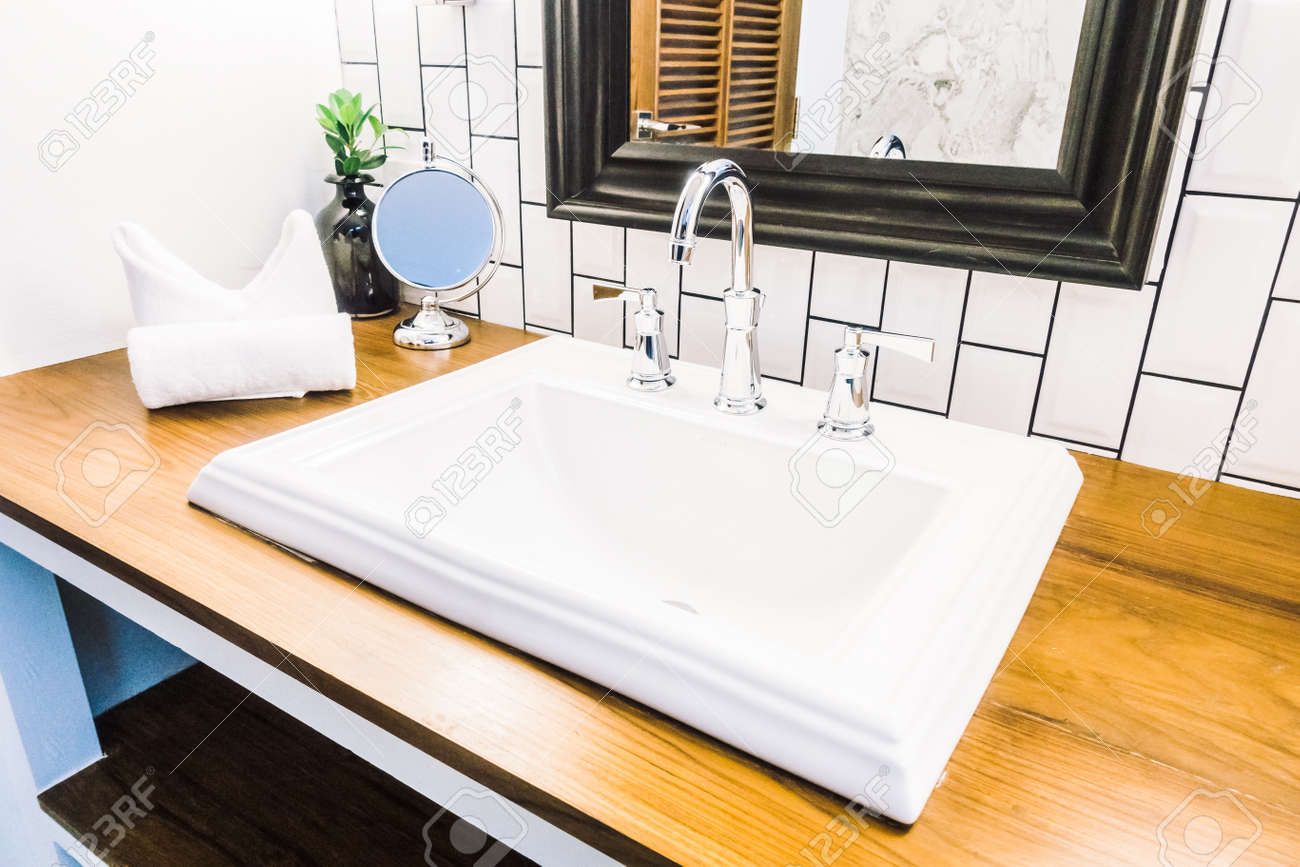 Schöne Luxuriöse Weiße Spüle Dekoration Im Badezimmer Interieur ...