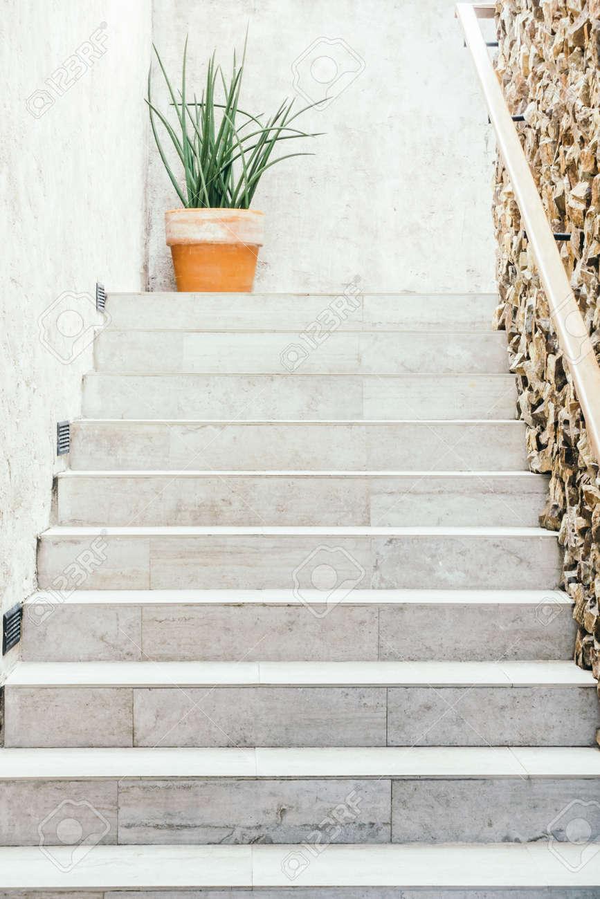 Décoration d\'escalier en béton intérieur de la maison - Light Vintage Filter